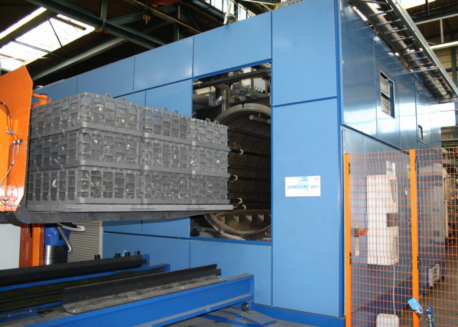 Degreasing machine to clean parts before heat treatment