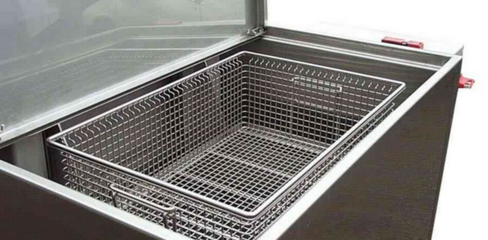 Basket of the immersion and agitation cleaning unit