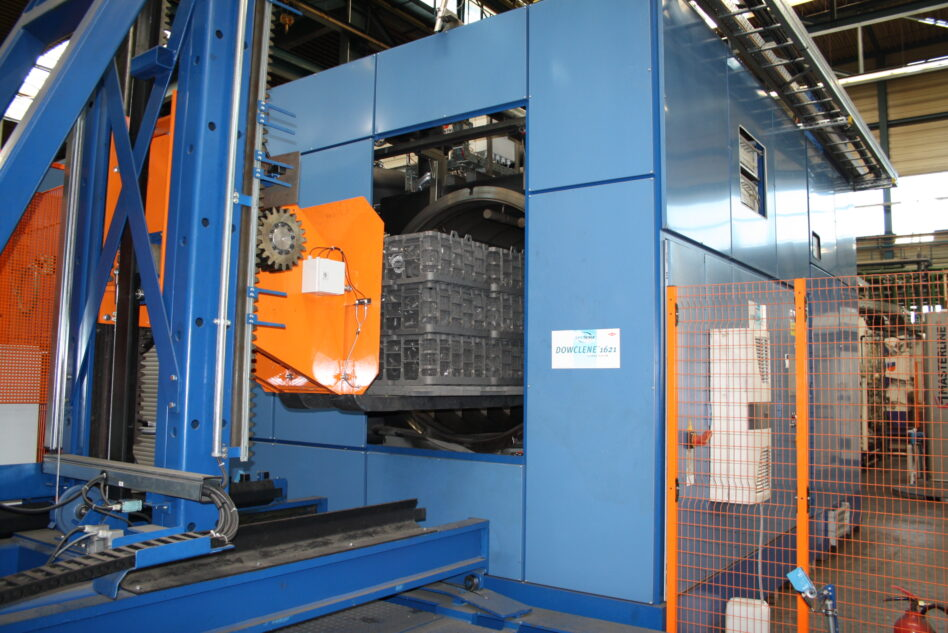 Vacuum solvent degreasing machine for cleaning before heat treatment