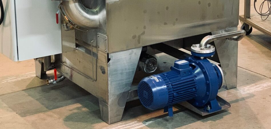 High flow wash pump for parts washer with rotary basket