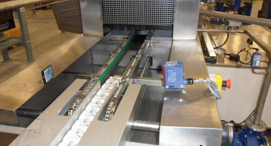 Linear multistage parts washer's chain conveyor