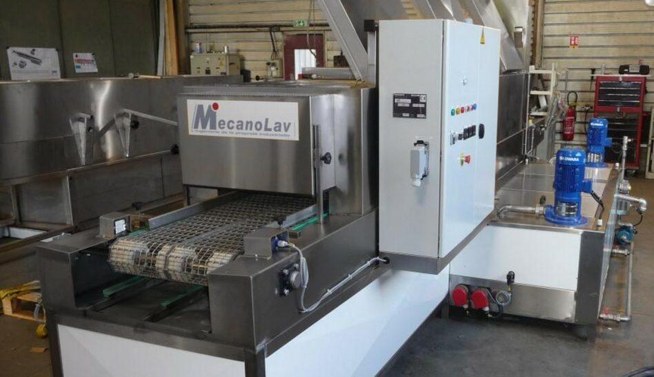Linear multistage parts washer belt conveyor